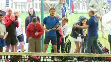 David Goffin tape la balle avec des jeunes joueurs du Royal Wellington Club d'Uccle