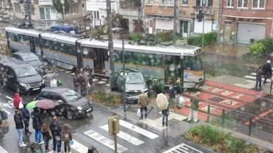 Accident entre une voiture et un tram à Jette, des bus-navettes entre Belgica et Stade