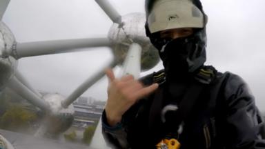 Atomium : des nettoyeurs défient la gravité pour nettoyer le monument