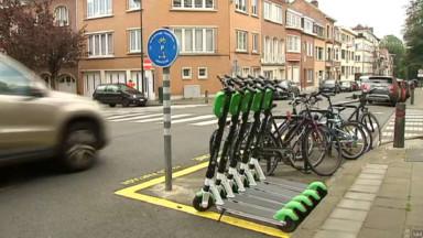 """Bruxelles Mobilité va aménager quatre """"drop-off zones"""" pour parquer trottinettes et vélos partagés"""