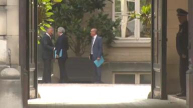 Les informateurs sont arrivés au Palais royal pour faire un nouveau rapport au Roi