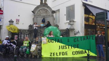 Des jeunes et leurs grands-parents manifestent pour le climat devant le Manneken-Pis
