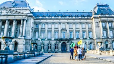 Des membres d'Extinction Rebellion s'introduisent dans les jardins du Palais Royal pour remettre une lettre au Roi