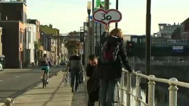 Molenbeek : des élèves de l'école 6 personnalisent les panneaux Zone 30