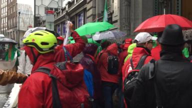 Parlement bruxellois: 150 travailleurs et représentants syndicaux des pouvoirs locaux accueillent les députés