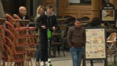Il est désormais interdit de rouler à deux sur une trottinette à Etterbeek