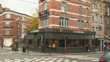 """Schaerbeek : la commune enlèvera bien la véranda du café """"La Couronne"""""""