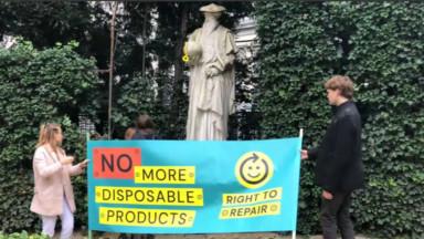 """Une statue transformée en """"Mercator le réparateur"""" dans le parc du petit Sablon à Bruxelles"""