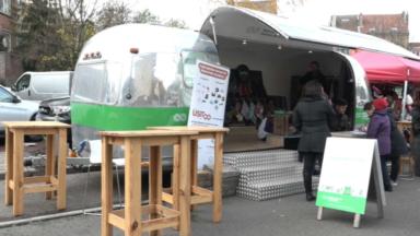 La caravane zéro déchet de hub.brussels se balade sur les marchés bruxellois