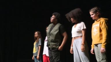 Danse, musique, humour : des jeunes Bruxellois se produisent au Beurschouwburg
