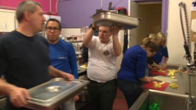 Les bénévoles de Thermos se mobilisent en cuisine pour préparer des repas chauds aux plus démunis