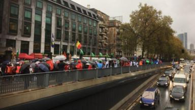 Près de 500 travailleurs des communes et hôpitaux bruxellois ont manifestent devant le cabinet Vervoort
