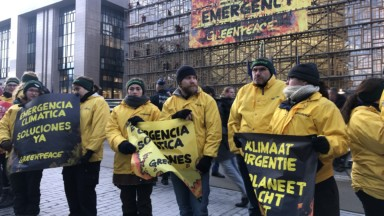 Des activistes de Greenpeace bloquent la rue de la Loi ce jeudi matin