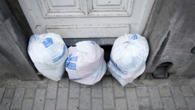 Des sacs-poubelle restent en rue dans six communes à Bruxelles