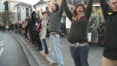 2.400 personnes ont réalisé une chaîne humaine à Bruxelles pour rappeler l'urgence climatique