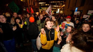 Une chorale de plusieurs centaines de personnes a manifesté jeudi contre les coupes budgétaires flamandes