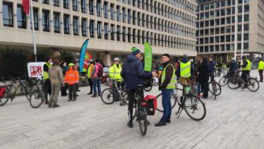 Des cyclistes bruxellois protestent contre la publicité des voitures au Salon de l'auto