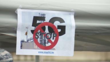 La pollution électromagnétique inquiète les détracteurs de la 5G réunis place de l'Albertine