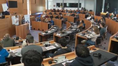 Une centaine de jeunes qui font leur Service citoyen en formation au Parlement bruxellois