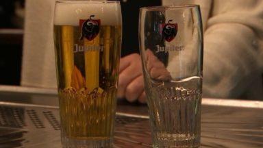 Horeca : professionnels et consommateurs contre les verres à bières de 30 cl imposés par AB Inbev