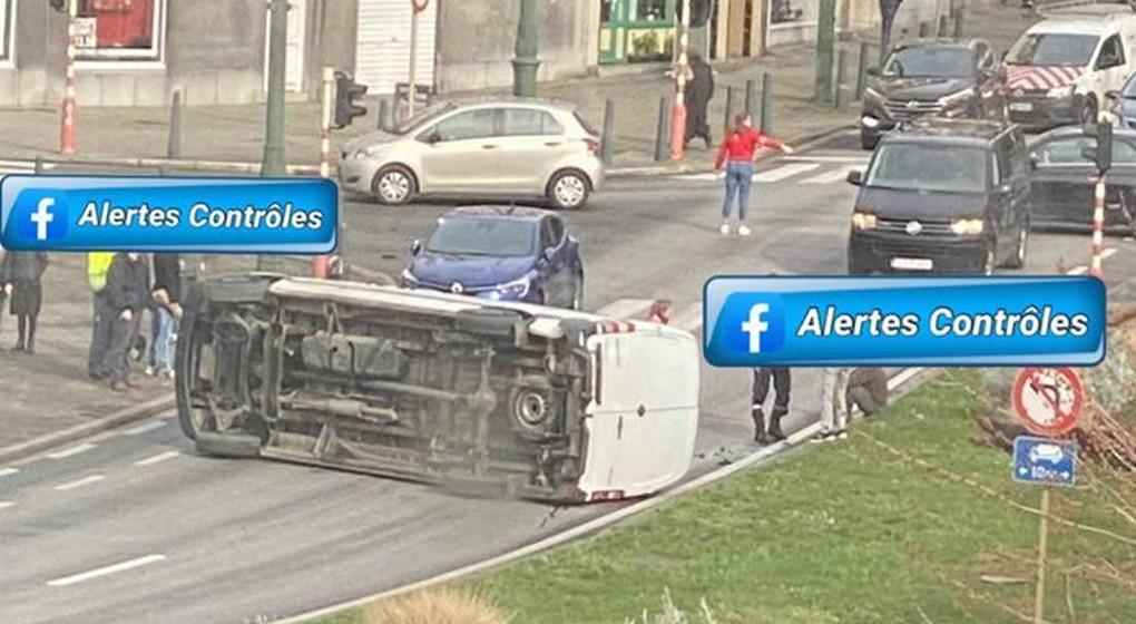 Camionnette sur le flanc - Place de Bastogne Koekelberg - Facebook Alertes Contrôles de Police Infos Bruxelles.jpg