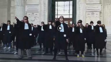 Des avocates réalisent une flashmob pour protester contre le sexisme dans le milieu judiciaire