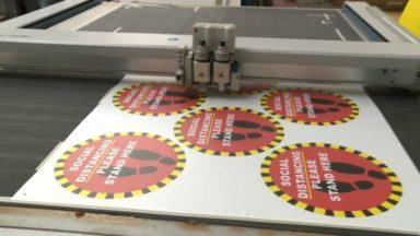 Une imprimerie ixelloise enchaîne les autocollants et panneaux pour faire face au Covid-19