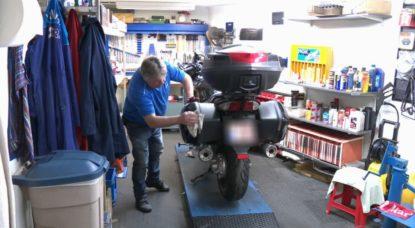 Motard Moto au Garage - Capture BX1