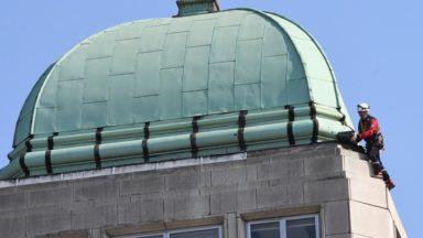 Bruxelles : les pompiers interviennent pour un morceau de métal qui risquait de tomber du toit du Pizza Hut