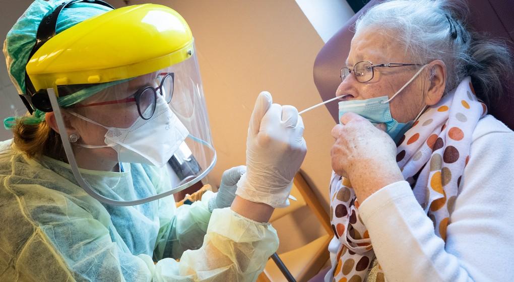 Test Dépistage Coronavirus - Personne âgée Maison de repos - Belga Benoit Doppagne
