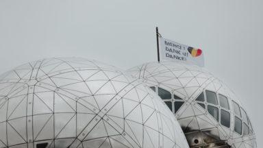 L'Atomium hisse un drapeau blanc pour remercier le personnel soignant