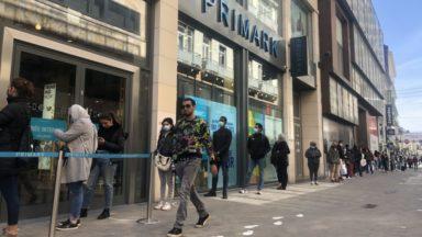Réouverture des commerces : de longues files devant plusieurs grands magasins à Bruxelles