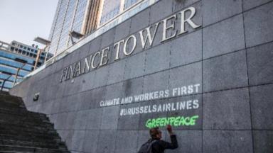 Avec des tags, Greenpeace réclame que toute aide de Brussels Airlines serve aux employés