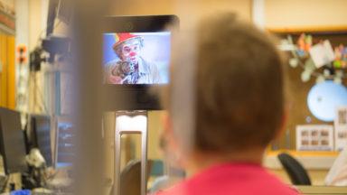 Aux Cliniques Universitaires Saint-Luc, un robot amène les clowns aux enfants hospitalisés