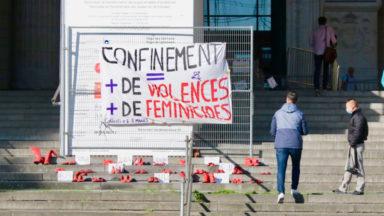 Des dizaines de chaussures rouges sur les marches du Palais de Justice, pour la santé des femmes durant la pandémie