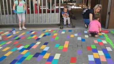 """Molenbeek : des enfants colorient les pavés """"'et ce n'est pas une bêtise""""'"""