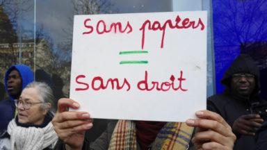 Près de 50 personnes manifestent boulevard Anspach pour la régularisation des sans-papiers
