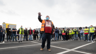 Quelques centaines de travailleurs de Swissport se sont rassemblés dans le calme malgré l'interdiction