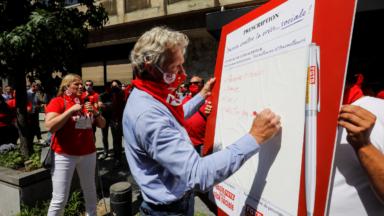 Une cinquantaine de militants de la FGTB manifeste pour réclamer un vaccin contre la crise sociale