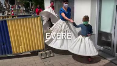 """Evere : un mouvement citoyen teste les """"robes ballons"""" pour garder la distanciation sociale"""