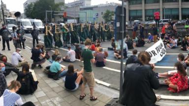 La police encercle les manifestants d'Extinction Rebellion sur le boulevard Pacheco