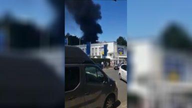 Uccle : un véhicule en feu derrière la Grande Épicerie de Fort-Jaco ce mardi midi