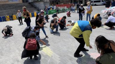 Une action symbolique de soutien aux réfugiés devant la Bourse