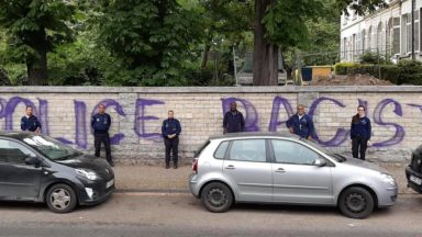 """""""Police raciste"""" : le mur en face d'un commissariat d'Uccle vandalisé"""