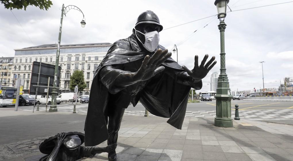 Statue Policier Sainctelette avec masque - Belga Thierry Roge