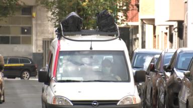 Port du masque : une camionnette diffuse des messages de prévention dans les rues de Molenbeek