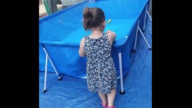 Molenbeek: des habitants installent une piscine dans la rue pour les enfants du quartier