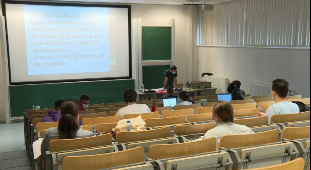 Cours préparatoires ULB Covid-19 Auditoire université étudiants - Capture BX1