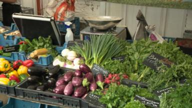 Sur les marchés, les prix augmentent et les aliments souffrent aussi de la chaleur