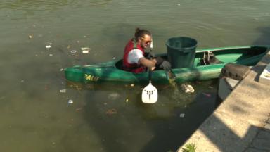 Des poubelles dans les kayaks pour ramasser les déchets du canal de Bruxelles grâce à 'Canal it up'
